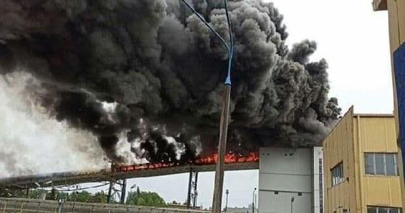 Strażacy ugasili pożar, który wybuchł na terenie Elektrowni Bełchatów. Zapalił się przenośnik taśmowy transportujący węgiel do jednego z bloków energetycznych. W akcji uczestniczyło ponad 60 strażaków. Nie ma żadnego zagrożenia niedoboru energii elektrycznej w sieci - zapewnia PGE Górnictwo i Energetyka Konwencjonalna.