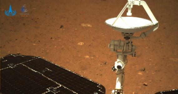 Łazik Zhurong po raz pierwszy zjechał w sobotę z lądownika na powierzchnię Marsa – napisano na oficjalnym kanale w mediach społecznościowych. Pojazd ma badać Czerwoną Planetę przez trzy miesiące, szukając tam m.in. ewentualnych śladów dawnego życia.