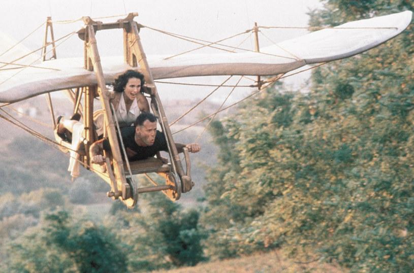 """""""Hudson Hawk"""" wydawał się filmem skazanym na sukces. W roli głównej występował Bruce Willis, będący świeżo po sukcesie """"Szklanej pułapki 2"""", a w ekipie znaleźli się ludzie odpowiedzialni za sukces serii o Johnie McClane'ie, m.in. producent Joel Silver i scenarzysta Steven E. de Souza. Tymczasem nie udało się wszystko, co mogło się nie udać. Po latach """"Hudson Hawk"""" uchodzi za jeden z najgorszych filmów w historii, a osoby z nim związane wspominają prace na planie z niechęcią. 24 maja 2021 roku mija 30 lat od jego premiery."""
