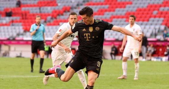 Robert Lewandowski w 89. minucie meczu Bayernu Monachium z Augsburgiem strzelił swojego 41. gola w zakończonym już sezonie Bundesligi. Wcześniej strzały polskiego napastnika kilka razy zatrzymał w świetnym stylu bramkarz Augsburga Rafał Gikiewicz. Lewandowski poprawił 49-letni rekord Gerda Müllera, a Bayern ostatni mecz sezonu wygrał 5:2.