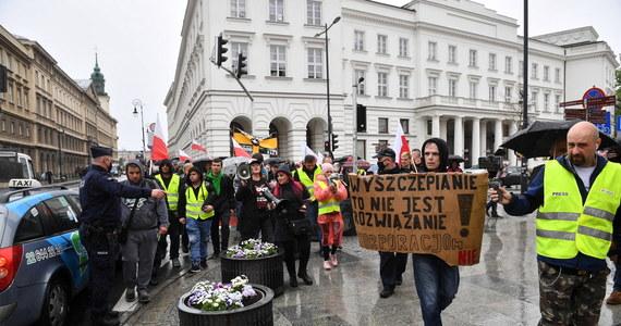 Ok. 200 osób demonstrowało w Warszawie przeciwko szczepieniom i obostrzeniom sanitarnym obowiązującym w związku z pandemią. Po zakończeniu protestu doszło do przepychanek z policją. Demonstranci nie chcieli bowiem zejść na chodnik. Jedna osoba została zatrzymana.