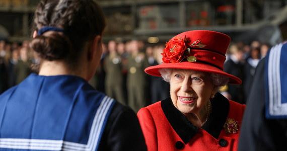 Brytyjska królowa Elżbieta II złożyła krótką wizytę na nowym lotniskowcu Royal Navy - HMS Queen Elizabeth, tuż przed rozpoczęciem jego pierwszej misji na morzu.