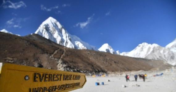 """Olbrzymie ognisko koronawirusa na najwyższej górze świata Mount Everest. Jak pisze brytyjski """"The Guardian"""", zakażonych jest co najmniej 100 wspinaczy, a być może nawet dwa razy tyle."""
