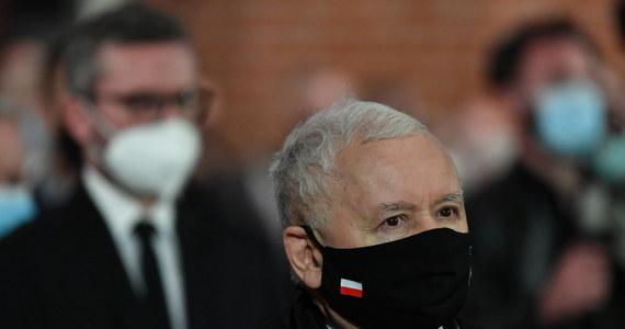 """""""W moim przekonaniu nic takiego, co by zagrażało interesom kobiet, się nie stało"""" - - stwierdza prezes Prawa i Sprawiedliwości Jarosław Kaczyński w wywiadzie dla """"Wprost"""", odnosząc się do orzeczenia Trybunału Konstytucyjnego ws. aborcji. Jego zdaniem """"bzdurą jest twierdzenie, że aborcja jest zakazana"""". """"Są ogłoszenia w prasie, które każdy średnio rozgarnięty człowiek rozumie i może sobie taką aborcję za granicą załatwić, taniej lub drożej."""" – dodał polityk."""