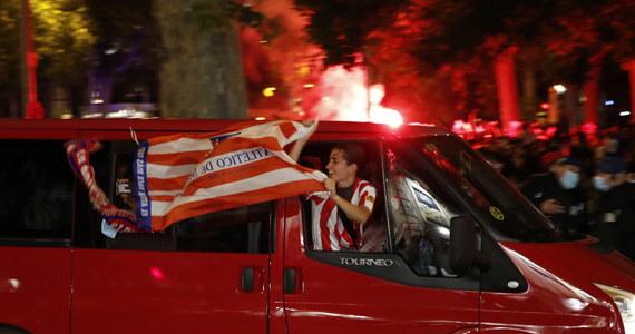 14-letni kibic zmarł w trakcie fety, kiedy świętowano na ulicach miasta wywalczenie przez piłkarzy Atletico Madryt mistrzostwa Hiszpanii. Jak podały tamtejsze media, doszło do wypadku – chłopiec uderzył głową o ścianę, wychylając się przez okno jadącego samochodu.