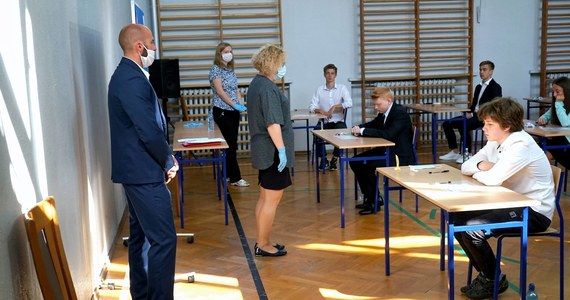 Ponad 360 tys. uczniów VIII klas szkół podstawowych zmierzy się we wtorek z testem z języka polskiego, w ramach trzydniowego egzaminu ósmoklasisty. Na RMF24.pl będziemy publikowali arkusze oraz rozwiązania.