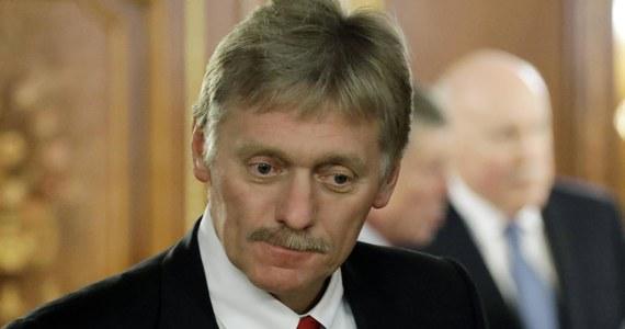 Rosja nie chce nikogo potępiać ani popierać w sprawie incydentu z samolotem linii Ryanair zmuszonym w niedzielę do lądowania w Mińsku - powiedział w poniedziałek rzecznik Kremla Dmitrij Pieskow. Po lądowaniu aresztowany został białoruski opozycjonista Raman Pratasiewicz. Rzeczniczka rosyjskiego MSZ Maria Zacharowa z kolei była zaskoczona reakcją państw Zachodu.