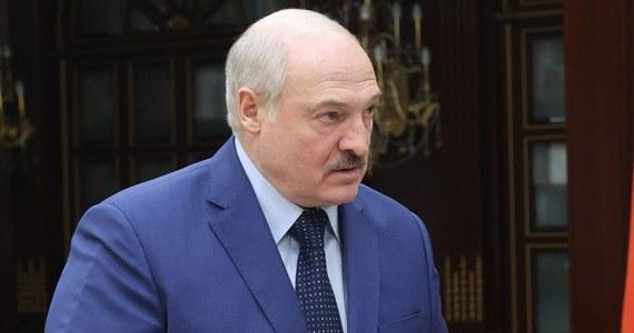 Alaksandr Łukaszenka podpisał nowelizację przepisów o mediach - podała służba prasowa prezydenta Białorusi. Zmiany przewidują szereg zaostrzeń, m.in. zakaz publikacji sondaży nielicencjonowanych przez władze, możliwość ograniczenia dostępu przez prokuratora i zakaz zagranicznej własności.