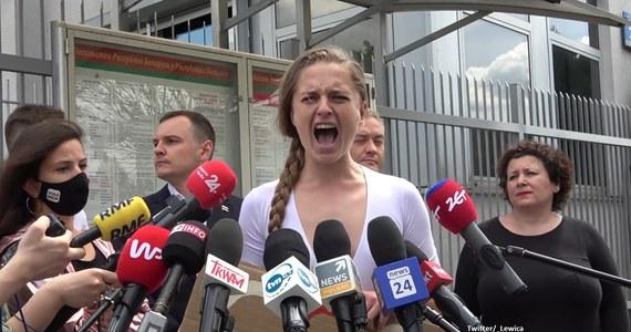 """""""My już nie możemy milczeć, pozostała nam minuta krzyku"""" - mówiła o sytuacji na Białorusi polsko-białoruska aktywistka Jana Shostak. Artystka chcąc zwrócić uwagę na skale dramatu, jaki rozgrywa się za naszą wschodnią granicą, podczas konferencji krzyczała do mikrofonów mediów. Współzałożyciel opozycyjnego białoruskiego portalu Nexta Sciapan Puciła zdradził, że po wczorajszym zatrzymaniu Ramana Pratasiewicza dostał pogróżki, że będzie następny. """"Dostałem informację, że będę kolejną osobą, którą reżim sprowadzi na Białoruś i która będzie odpowiadać niby według prawa, ale pamiętamy cytat Łukaszenki, że 'czasami nie ma czasu na prawo'""""."""