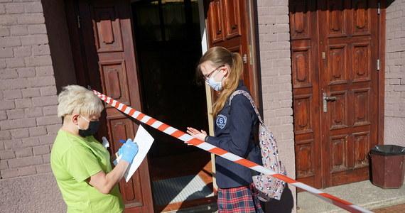 To pierwszy tak poważny test w ich życiu. 360 tys. uczniów VIII klas szkół podstawowych rozpoczęło dziś trzydniowy egzamin ósmoklasisty. Na początek - język polski. Po skończeniu egzaminu, po godz. 13 opublikujemy na naszej stronie arkusze i propozycje rozwiązań zadań.