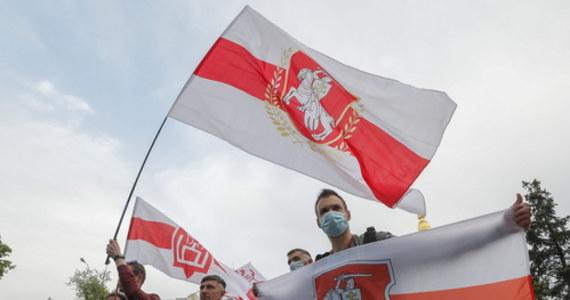Białoruś wydaliła ambasadora Łotwy i wszystkich łotewskich dyplomatów z Mińska. W odpowiedzi łotewskie władze zdecydowały o wydaleniu wszystkich białoruskich dyplomatów z kraju.