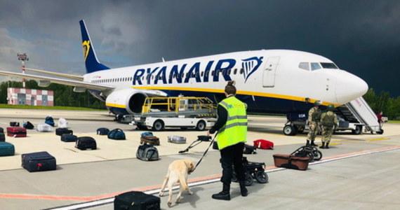 """Szefowie państw i rządów krajów Unii Europejskiej zdecydowali podczas szczytu w Brukseli o nałożeniu nowych sankcji na Białoruś. To konsekwencje za zmuszenie przez reżim Łukaszenki samolotu linii Ryanair do lądowanie na lotnisku w Miński, a następnie zatrzymanie jednego z pasażerów - dziennikarza Ramana Pratasiewicza. Szef Rady Europejskiej Charles Michel określił działania Białorusi """"graniem w ruletkę życiem niewinnych cywilów""""."""
