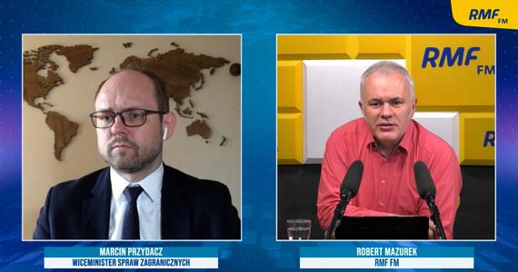 """""""Tym razem nie można powiedzieć, że Unia nie zrobiła nic albo wysłała tylko wyrazy oburzenia"""" – tak o reakcji UE na ostatnie działania białoruskiego reżimu mówił w Porannej rozmowie w RMF FM wiceszef polskiego MSZ-etu Marcin Przydacz. Jak zaznaczył: """"Poza sankcjami personalnymi i nałożonymi na przedsiębiorców wspierających reżim Łukaszenki jest też propozycja sankcji targetowanych na konkretne sektory gospodarki. (…) To jest moim zdaniem odpowiedź ze strony Unii Europejskiej, którą warto docenić""""."""