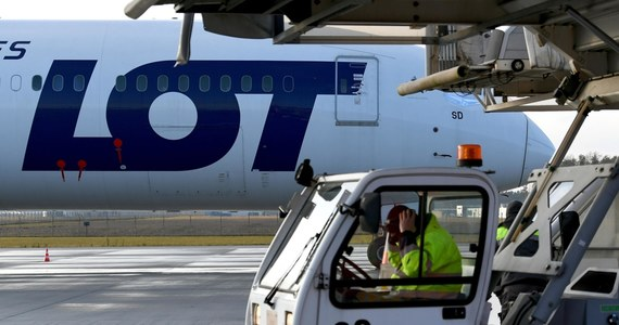 Polskie Linie Lotnicze LOT od dziś wstrzymują korzystanie z białoruskiej przestrzeni powietrznej - ustalili dziennikarze RMF FM. To pokłosie incydentu na Białorusi, kiedy tamtejsze władzy zmusiły do lądowania samolot linii Ryanair i porwały białoruskiego opozycyjnego dziennikarza Ramana Pratasiewicza.