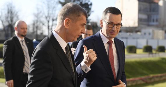 """Informacyjne zamieszanie wokół negocjacji między Polską i Czechami ws. kopalni Turów i czeskiej skargi na Polskę do Trybunału Sprawiedliwości UE. Wkrótce po tym, jak premier Mateusz Morawiecki ogłosił, że """"wydaje się, że jesteśmy już bardzo bliscy porozumienia"""", a """"w wyniku tego porozumienia Republika Czeska zgodziła się wycofać wniosek do TSUE"""", szef czeskiego rządu Andrej Babisz oświadczył, że Praga nie planuje wycofania pozwu. Z wyjaśnieniem pospieszył rzecznik gabinetu Mateusza Morawieckiego, Babisz zaś podkreślił na Twitterze: """"Cieszę się, że po wielu latach negocjacji Polska przyznała, że wydobycie w kopalni Turów szkodzi środowisku, ale problem nie został jeszcze rozwiązany""""."""