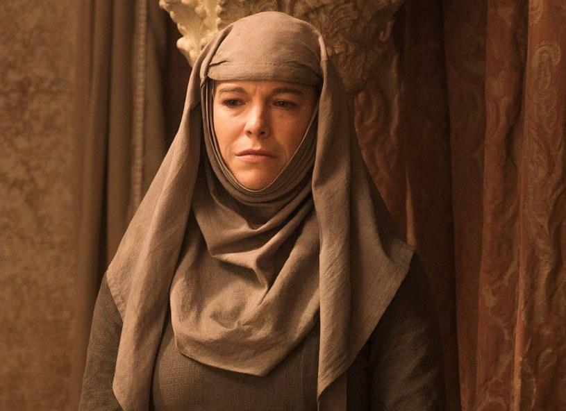 """Hannah Waddingham, którą widzowie kojarzą z roli Septy Unelli w """"Grze o tron"""", w najnowszym wywiadzie ujawniła szokujące szczegóły na temat nagrywania sceny tortur jej bohaterki. Aktorka wyznała, że była podtapiana na planie przez dziesięć godzin. """"Przywiązano mnie do drewnianego stołu za pomocą odpowiednio dużych pasów. Poza porodem to był zdecydowanie najgorszy dzień w moim życiu"""" - wspomina."""