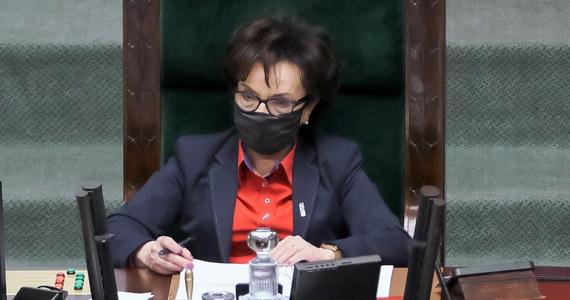 Z uwagi na konieczność przeprowadzenia czynności dowodowych zleconych przez sąd prokuratura wszczęła 22 kwietnia śledztwo ws. niedopełnienia obowiązków m.in. przez marszałek Sejmu Elżbietę Witek - poinformowała PAP warszawska prokuratura okręgowa. Chodzi o odmowę ujawnienia tzw. list poparcia KRS.