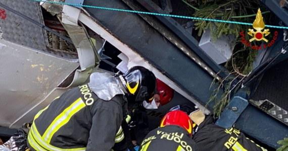 5-letnie dziecko, ranne w wypadku kolejki górskiej we włoskim Mottarone, jest nadal w ciężkim stanie. Chłopiec w niedzielę stracił całą rodzinę: rodziców, 2-letniego brata oraz pradziadków. Zerwała się lina napędowa kolejki, a wagonik runął z dużej wysokości. W katastrofie zginęło w sumie 14 osób.