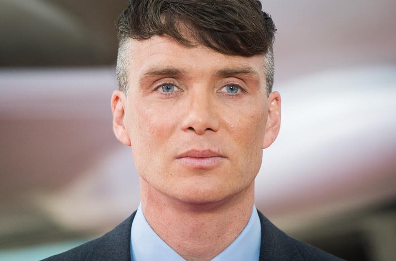 """Irlandzki aktor Cillian Murphy, gwiazdor takich filmów, jak: """"28 dni później"""", """"Śniadanie na Plutonie"""", """"Wiatr buszujący w jęczmieniu"""" oraz serialu """"Peaky Blinders"""", właśnie skończył 45 lat. 4 czerwca w polskich kinach zadebiutuje najnowsza produkcja artysty o twarzy anioła, który wyspecjalizował się w graniu ekranowych drani - """"Ciche miejsce 2""""."""