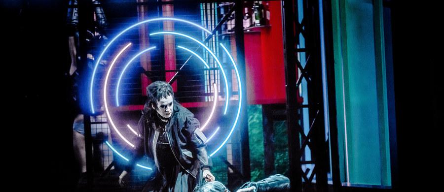 """25 czerwca odbędzie się bardzo oczekiwana premiera spektaklu operowego """"Cardillac"""" Paula Hindemitha w reżyserii Mariusza Trelińskiego ze scenografią Borisa Kudlicki. Ta opera po raz pierwszy w historii zostanie wystawiona na deskach Teatru Wielkiego Opery Narodowej i to będzie pierwszy pokaz z publicznością po pandemicznej przerwie. """"Bardzo stęskniliśmy się za widzami"""" - mówi w RMF FM Mariusz Treliński. A swój nowy spektakl określa jako nowoczesny, szalony, kolorowy i futurystyczny."""