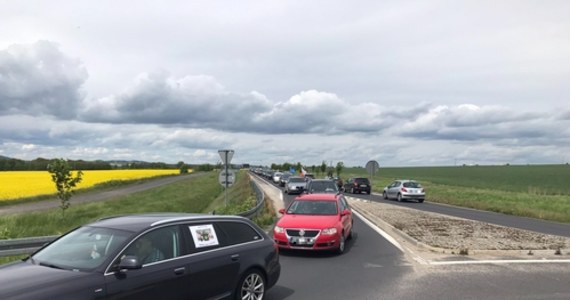 W Kopaczowie koło Bogatyni na Dolnym Śląsku trwa protest w obronie kopani i elektrowni Turów. Kilkadziesiąt oflagowanych samochodów jeździ pomiędzy dwoma rondami, spowalniając ruch na tej tranzytowej trasie.