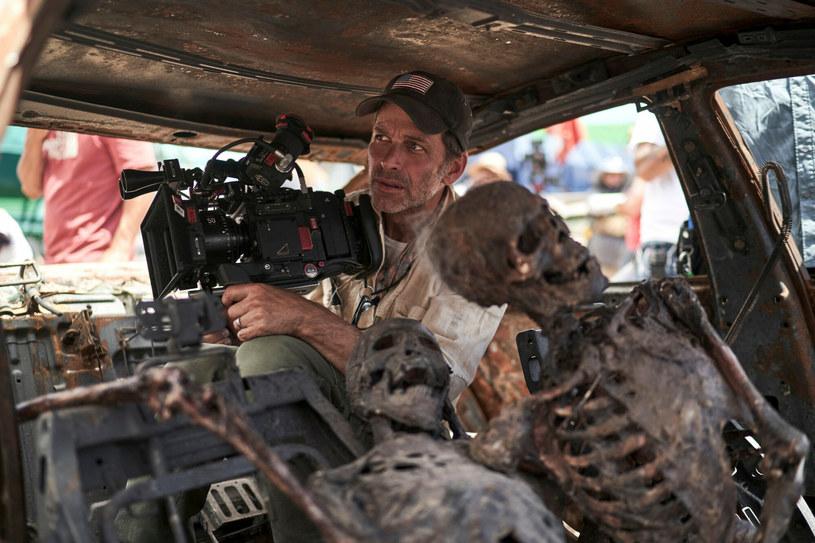 """Od ubiegłego piątku na Netfliksie dostępny jest najnowszy film Zacka Snydera (""""Świt żywych trupów"""", """"Człowiek ze stali"""") zatytułowany """"Armia umarłych"""". Produkcja od momentu swojej premiery budzi wśród fanów i krytyków skrajne opinie, a jedną z częściej dyskutowanych scen jest ta, jakiej w filmach o zombie jeszcze nie było. Pojawił się w niej zombie noworodek. Teraz reżyser komentuje pojawienie się tego specyficznego bohatera."""