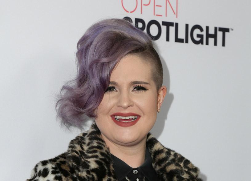 """Kelly Osbourne, która jest aktorką, piosenkarką i projektantką mody, a prywatnie córką Ozzy'ego Osbourne'a i Sharon Osbourne, przeszła ostatnio ogromną metamorfozę. Dzięki operacji żołądka i zmianie nawyków żywieniowych jest dziś niemal nie do poznania. """"Kelly, czy to ty?"""" – pytają fani 36-letniej gwiazdy."""