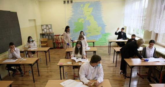 Za ósmoklasistami drugi dzień egzaminów. Uczniowie ostatnich klas szkół podstawowych zmierzyli się dziś z matematyką. Na RMF24.pl po godz. 13 pojawią się arkusze Centralnej Komisji Egzaminacyjnej wraz z propozycjami odpowiedzi opracowanymi przez nauczycieli.