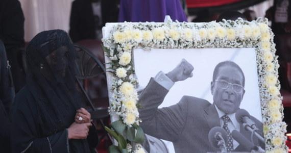 Wódz plemienny w regionie Zvimba w Zimbabwe oznajmił, że podczas pochówku byłego prezydenta tego kraju Roberta Mugabego nie zachowano tradycji. Nakazał ekshumację i przeniesienie zwłok zmarłego. Z wyrokiem nie zgadza się rodzina Mugabego.