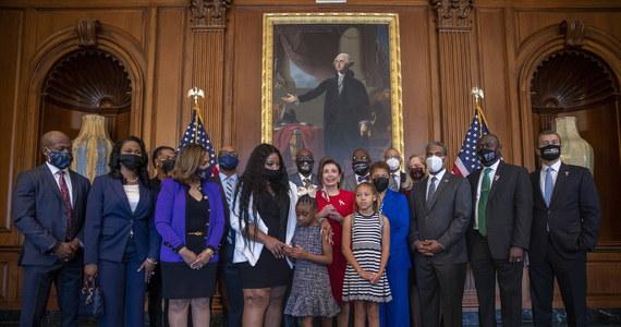 """W pierwszą rocznicę śmierci Afroamerykanina George'a Floyda prezydent Joe Biden spotkał się jego rodziną. """"Rasizm od dawna nas rozdziera"""" – zaznaczył w oświadczeniu wydanym po spotkaniu amerykański prezydent."""