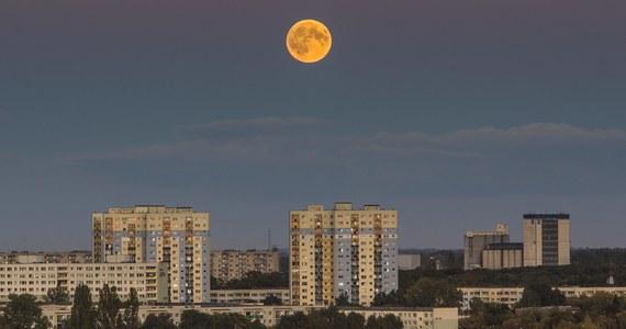 Superksiężyc, krwawy Księżyc i całkowite zaćmienie Księżyca – wszystkie trzy zjawiska będzie można obserwować w środę 26 maja 2021 roku. Rzadko zdarzają się takie noce. Nie wszystko będzie widać z Polski, ale na pomoc przyjdzie NASA.
