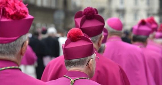 """""""Rzeczpospolita"""" donosi o organizowanym w trybie pilnym spotkaniu polskich biskupów z papieżem Franciszkiem. Hierarchowie mają udać się do Watykaniu jesienią."""