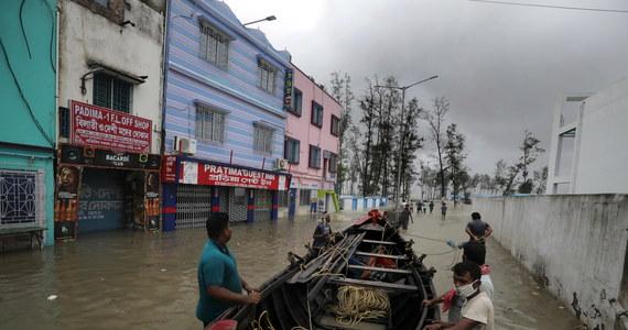 Silne wiatry oraz wysokie fale szaleją na wschodnim wybrzeżu Indii, do którego zbliża się cyklon Yaas. Ewakuowano już 1,1 mln osób.