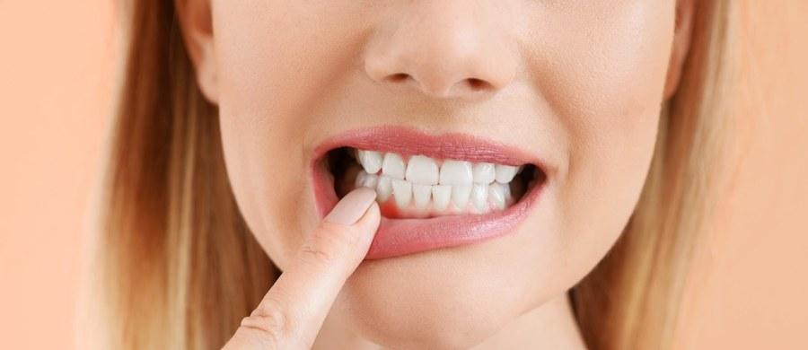 Recesja dziąseł to inaczej mówiąc cofnięcie się linii dziąsła, które skutkować będzie m.in. obnażeniem szyjek i korzeni zębowych, wydłużeniem zębów oraz pojawieniem się nadwrażliwości. Jak zapobiec tej dolegliwości i uciążliwym objawom?