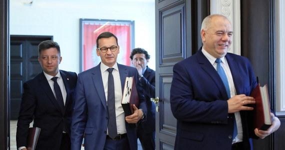 Koalicja Obywatelska składa wnioski o odwołanie ministrów Jacka Sasina i Mariusza Kamińskiego oraz szefa kancelarii premiera Michała Dworczyka. To pokłosie głośnego raportu Najwyższej Izby Kontroli, który okazał się miażdżący dla decyzji ws. organizacji 10 maja 2020 prezydenckich wyborów kopertowych. NIK zdecydowała o skierowaniu do prokuratury zawiadomień o podejrzeniu popełnienia przestępstwa przez wspomnianych szefów resortu aktywów państwowych, MSWiA oraz kancelarii premiera, a także przez samego szefa rządu Mateusza Morawieckiego.