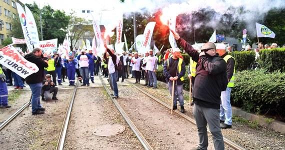 Pracownicy kopalni i elektrowni Turów protestowali w środę we Wrocławiu przed siedzibą przedstawicielstwa Komisji Europejskiej. Nie zgadzają się z decyzją TSUE o wstrzymaniu działalności kopalni.