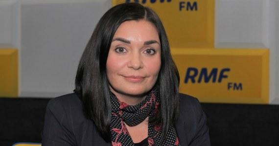 """""""Wydaje mi się, że zarzuty, które stawia Najwyższa Izba Kontroli (w sprawie wyborów kopertowych), wskazują na to, że takie postępowanie powinno zostać przeprowadzone"""" – mówiła w Popołudniowej rozmowie w RMF FM rzeczniczka Porozumienia Magdalena Sroka. Pytana o słowa Zbigniewa Ziobry, który w tej sprawie bronił Mateusza Morawieckiego, powiedziała, że jako minister sprawiedliwości """"ocenia sytuację z perspektywy politycznej"""". """"A oceny pod kątem prawnym będzie dokonywał prokurator, na którego biurko trafi to właśnie zawiadomienie"""" – powiedziała Sroka."""