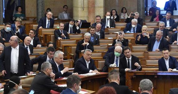 Węgierski parlament przyjął w środę jednomyślnie ustawę dotyczącą Funduszu Odbudowy - funduszu naprawczego Unii Europejskiej po kryzysie związanym z koronawirusem. Przybliża to UE o krok do wprowadzenia tej umowy w życie.