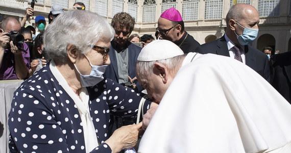 Podczas środowej audiencji generalnej papież Franciszek ucałował numer obozowy wytatuowany na ręce więźniarki niemieckiego nazistowskiego obozu zagłady Auschwitz-Birkenau Lidii Maksymowicz. Scenę tę uwieczniono na zdjęciu.
