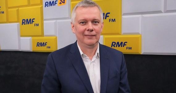"""""""Mogę zadeklarować, że z pewnością, jeśli odwołani zostaną trzej ministrowie, to będzie także (wniosek o) wotum nieufności wobec premiera"""" – stwierdził w Porannej rozmowie w RMF FM wiceszef Platformy Obywatelskiej Tomasz Siemoniak, pytany, dlaczego – w związku z doniesieniami NIK do prokuratury ws. wyborów kopertowych – Koalicja Obywatelska domaga się odwołania ministrów Jacka Sasina, Michała Dworczyka i Mariusza Kamińskiego, a nie składa takiego wniosku ws. Mateusza Morawieckiego."""