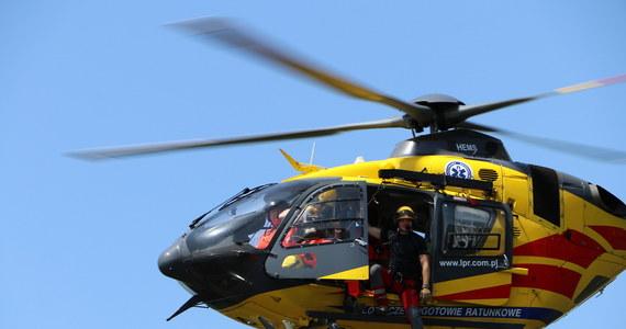 """Śmigłowiec Lotniczego Pogotowia Ratunkowego został wezwany do wypadku na """"starej ósemce"""" na Dolnym Śląsku. Prawdopodobnie awaria silnika sprawiła, że został uziemiony."""