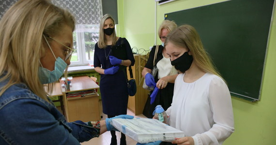 Za uczniami ostatnich klas szkół podstawowych egzaminacyjny maraton. Po testach z języka polskiego i matematyki, dziś pisali sprawdzian z języka obcego. Wszystkie trzy to egzaminy pisemne. Na RMF24.pl opublikujemy arkusze egzaminacyjne CKE, mamy też pierwsze odpowiedzi przygotowane przez nauczycieli.