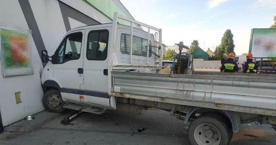 Samochodem dostawczym najpierw zderzył się z autem osobowym, potem potrącił pieszego na chodniku i uszkodził zaparkowany samochód, a na koniec uderzył w sklep. Małopolska policja zatrzymała pirata drogowego - 19-latek nie miał prawa jazdy i był pod wpływem środków odurzających.