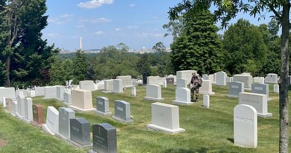 Amerykanie rozpoczynają dziś długi weekend. Pierwszy, bez wielu obostrzeń i dystansu społecznego. Wielu z nich wyrusza w podróż na spotkanie z bliskimi. Memorial Day Weekend to czas wspominania tych, którzy oddali życie za kraj, ale też i początek sezonu letniego.