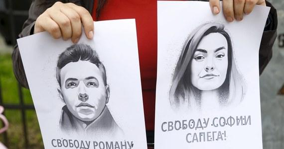Białoruski dziennikarz i opozycjonista Raman Pratasiewicz, który został zatrzymany w Mińsku po awaryjnym lądowaniu samolotu linii Ryanair, po raz pierwszy spotkał się ze swoim adwokatem, po pięciu dniach od aresztowania - informują media.