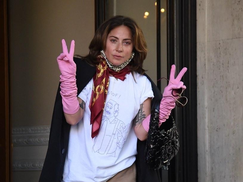 """Długo wyczekiwany odcinek specjalny """"Przyjaciół"""" dziś doczekał się premiery. Jedną z niespodzianek, jakie twórcy przygotowali dla fanów kultowego sitcomu, jest występ Lady Gagi. Słynna piosenkarka wykonała niezapomnianą piosenkę o Kotku Śmierdziuszku, którą w produkcji wielokrotnie wyśpiewywała bohaterka grana przez Lisę Kudrow. """"To był naprawdę piękny moment"""" - powiedział reżyser Ben Winston."""