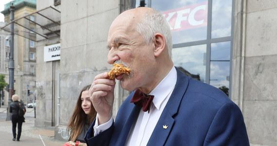 """""""Chcę to sprawdzić.  Lekarz z kliniki w Londynie przez miesiąc jadł fast-foody i stwierdził, że to zabójcze. Przytył sześć i pół kilo. Przybyło mu 10 lat. I ledwo żyje"""" - powiedział Janusz Korwin-Mikke ogłaszając swój żywieniowy eksperyment."""