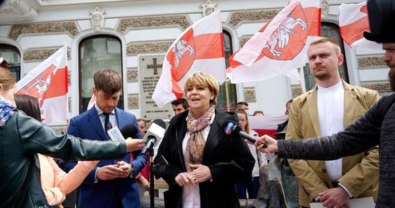 """Łódź od zawsze była miastem otwartym na inne nacje. Przecież Ziemię Obiecaną budowali właśnie przybysze z całej Europy i świata. Niektórzy uciekali przed prześladowaniami, represjami, a inni szukali szans na rozpoczęcie nowego, lepszego życia. """"Dlatego w związku z ostatnimi wydarzeniami na Białorusi, zaostrzającymi się represjami totalitarnego rządu prezydenta Łukaszenki, chcę powiedzieć wszystkim Białorusinom: zapraszamy, czekamy na Was, w Łodzi będziecie wolni i bezpieczni"""" - podkreśla prezydent Łodzi Hanna Zdanowska. """"Łódź jest miastem wolności, miastem szans i możliwości. W Łodzi jest praca, przyjazne koszty życia, jest kreatywna interesująca i dobra atmosfera. Zapraszamy. Zostańcie u nas na dłużej lub przyjedźcie na próbę, przeczekać ten najtrudniejszy czas - dodaje prezydent. W Łodzi mieszka już ponad 50 tysięcy naszych sąsiadów ze Wschodu, mam nadzieję, że Wam się tu spodoba i poczujecie się jak u siebie w domu"""" - kończy szefowa Łodzi."""