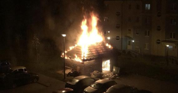 Tajemnicza seria pożarów altan śmietnikowych na jednym z osiedli w Gdańsku. Mieszkańcy nie mają wątpliwości, że są one podpalane. Policja na razie nie łączy tych przypadków w serię. Straty miejskiej spółki, na terenie której dochodzi do pożarów, tylko w ciągu ostatniego roku przekroczyły 75 tysięcy złotych.