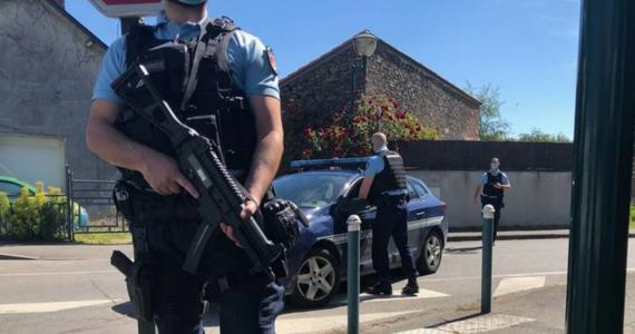Policjantka została w piątek zaatakowana przez nożownika i odniosła ciężkie obrażenia w mieście La Chapelle-sur-Erdre, na przedmieściach Nantes na zachodzie Francji. Napastnik zbiegł, ale policja wszczęła za nim pościg i go aresztowała. W wyniku odniesionych ran mężczyzna zmarł.